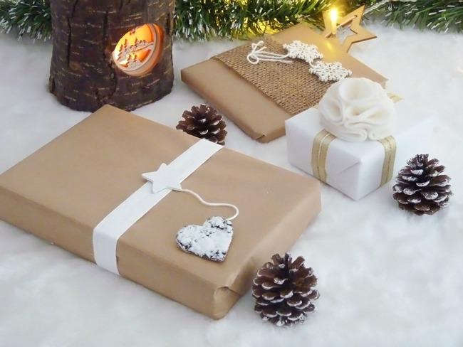 ide paquet cadeau ide noel papier musique grelots ruban paquet cadeau original cereza deco with. Black Bedroom Furniture Sets. Home Design Ideas